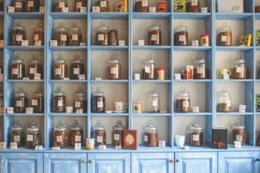 戸棚に入った茶葉